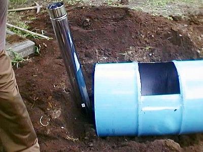 ドラム缶を穴に設置