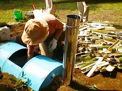 ドラム缶に竹を入れる