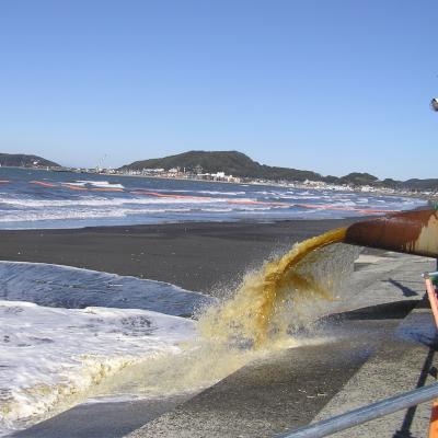 海水と一緒に砂を運ぶ