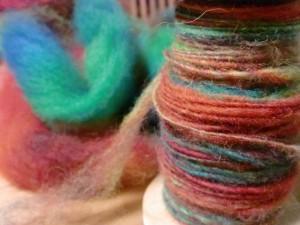 左はレインボー染めした原毛、右はそれを単糸に紡いだものです。