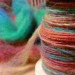 レインボー染めの原毛を紡ぐ