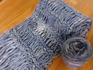 紡いだバルキー糸でマフラーを編む