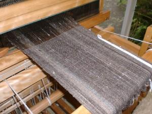 ナチュラルカラーの手紡ぎ糸でマフラーをもう一枚織る