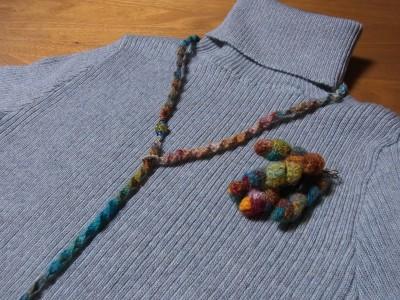 紡いだ糸でアクセサリーを作る