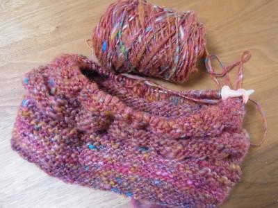 編みかけの帽子とスラブ糸