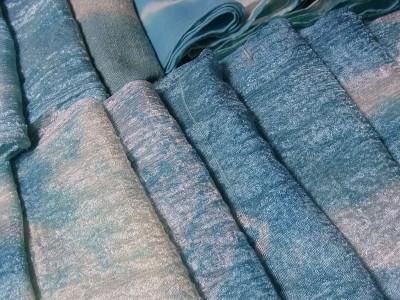シルクを藍の生葉で染める