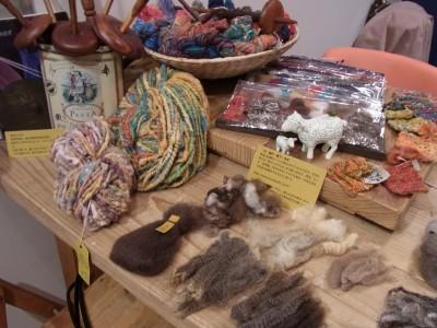 原毛、糸、織り、編みのサンプルたち