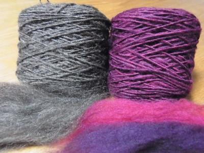 リストウォーマー用の糸を紡ぐ