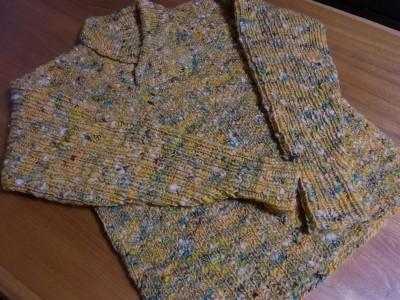 ハンドカードの手紡ぎ糸で手編みのセーター