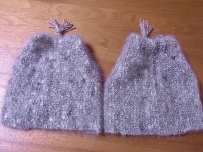 紡ぎ方の異なる二つの帽子に